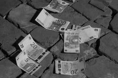 Банкноты евро на каменном поле стоковая фотография rf