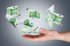 Банкноты евро на молодой мужской руке Стоковое Изображение