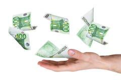 Банкноты евро на молодой мужской руке Стоковые Изображения RF