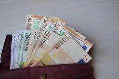 Банкноты и бумажник денег евро на белом деревянном столе Предпосылка денег дела Стоковое Изображение RF