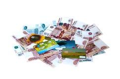 Банкноты и денежные карточки пластмассы Стоковая Фотография