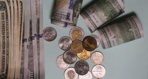 Банкноты и монетки на таблице стоковое изображение rf