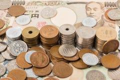 Банкноты и монетки японских иен финансы яичка диетпитания принципиальной схемы предпосылки золотистые Стоковое Изображение RF