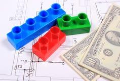 Банкноты и пластичные строительные блоки на чертеже дома Стоковая Фотография RF