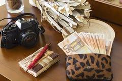 50 банкноты, камера, тетрадь и букетов евро Стоковые Фотографии RF