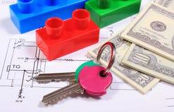 Банкноты, ключи и строительные блоки на чертеже дома Стоковое фото RF