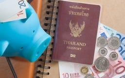 Банкноты, монетки, копилка, бумажник и пасспорт евро денег Стоковые Изображения