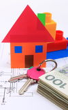 Банкноты, дом покрашенной бумаги, ключи на чертеже дома Стоковое Изображение
