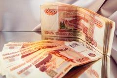 банкноты отраженные в зеркале Стоковая Фотография