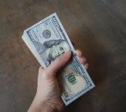 Банкноты доллара наличных денег владением руки женщины Стоковые Изображения