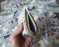 Банкноты доллара наличных денег владением руки женщины Стоковое фото RF