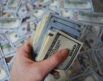 Банкноты доллара наличных денег владением руки женщины Стоковая Фотография RF