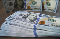 Банкноты доллара наличных денег распространили вне на таблице Стоковая Фотография