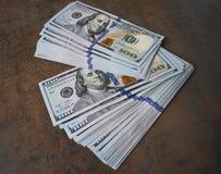 Банкноты доллара наличных денег распространили вне на таблице Стоковое фото RF