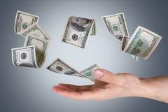 Банкноты доллара на молодой мужской руке Стоковые Изображения