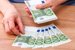 Банкноты повторный подсчёт рук 100 евро Стоковое Изображение RF