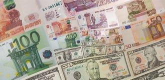 Банкноты русских рублей евро долларов США денег придают квадратную форму спиральной абстрактной фрактали предпосылки Евро конспек стоковое изображение
