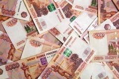 Банкноты русской номинальной стоимости валюты 5 000 рублей разбросанных на таблицу стоковые изображения rf