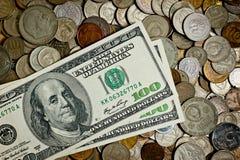 100 банкноты Dolar и монеток различных стран Стоковые Фотографии RF
