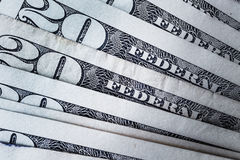 Банкноты 20 usd подсчитывая предпосылку стога соответственно, Америку Стоковые Изображения RF