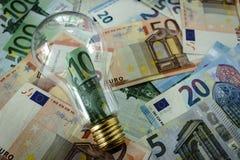 100 банкнот евро в бутылке шарика как финансовый думая c Стоковое Изображение RF