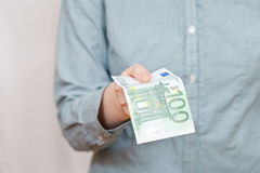 100 банкнот евро в руке Стоковые Фото