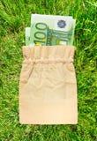 100 банкнот евро в linen мешке Стоковое фото RF