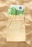 100 банкнот евро в linen мешке Стоковая Фотография RF