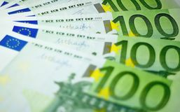 100 банкнот евро готовых для оплаты Стоковое фото RF