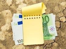 100 банкнот евро и желтого блокнот Стоковое фото RF