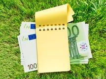 100 банкнот евро и желтого блокнот Стоковая Фотография RF