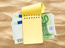 100 банкнот евро и желтого блокнот Стоковые Фотографии RF