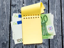 100 банкнот евро и желтого блокнот Стоковое Изображение