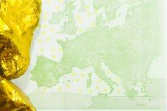 100 банкнот евро с золотыми наггетами закрывает вверх Стоковые Фотографии RF