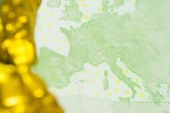 100 банкнот евро с золотым концом предпосылки наггета вверх Стоковые Изображения RF