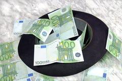 100 банкнот евро с черной шляпой Стоковые Фото