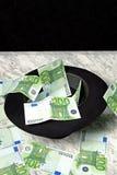 100 банкнот евро с черной шляпой Стоковые Фотографии RF