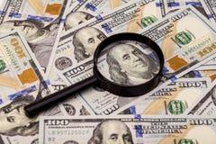 100 банкнот доллара под лупой Стоковое Изображение RF