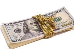 100 банкнот доллара с золотой веревочкой Стоковые Изображения