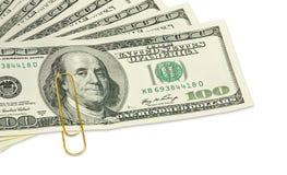 100 банкнот доллара с золотым бумажным зажимом на ем закрывают вверх Стоковое Изображение