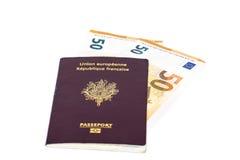 100 банкнот счетов евро введенных между страницами европейского французского пасспорта Стоковые Фотографии RF