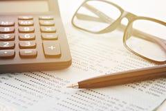 Банковская книжка на предъявителя или финансовый отчет сберегательного счета, eyeglasses и ручка на таблице Стоковое фото RF