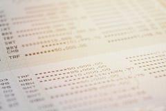 Банковская книжка на предъявителя или финансовый отчет сберегательного счета на таблице Стоковые Фото