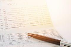 Банковская книжка на предъявителя сберегательного счета или финансовый отчет и ручка на таблице Стоковая Фотография RF