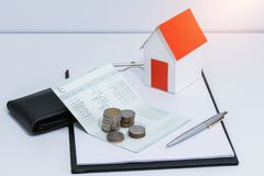 Банковская книжка на предъявителя сберегательного счета или финансовый отчет, бумажный режим дома Стоковое фото RF