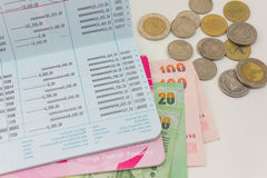 Банковская книжка на предъявителя учета и тайские деньги Стоковое фото RF