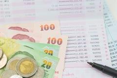 Банковская книжка на предъявителя учета и тайские деньги Стоковое Изображение RF