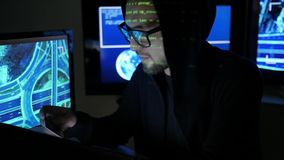 Банковская система хакера треская, крадет финансы через интернет, украденная карточка банка держит в руках, преступнике кибер, му сток-видео