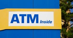 Банкомат внутри знака стоковые изображения
