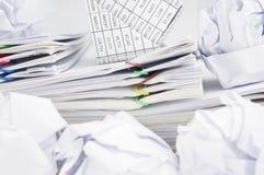 Банкротство дома на обработке документов имеет бумажный шарик вокруг Стоковое Изображение